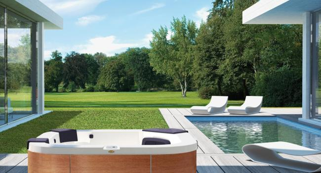 Jacuzzi® spa DELFI TEAK in the garden