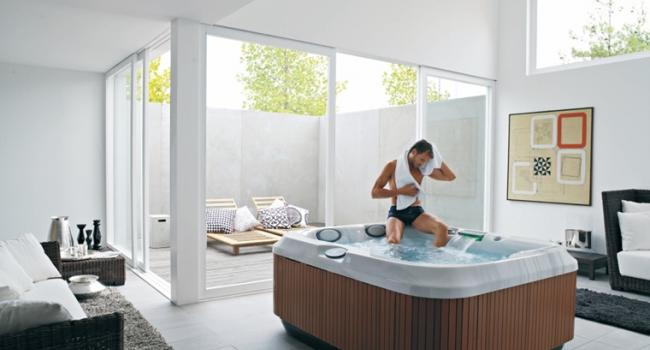 Jacuzzi® spa PREMIUM J-315 in a modern house